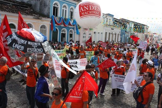 ADUNEB protesta no Cortejo 2 de julho